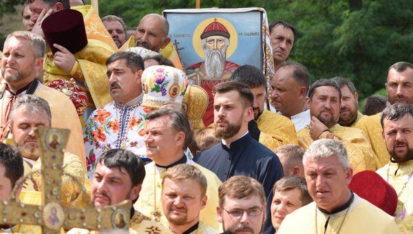 Участники крестного хода Украинской православной церкви в Киеве во время молебна. 28 июля 2016
