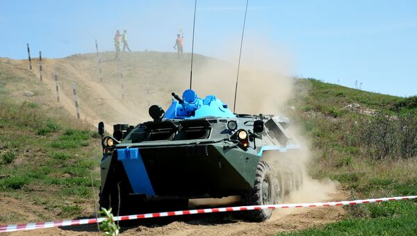 Экипаж РХБ-разведки во время преодоления препятствий на БТР-80
