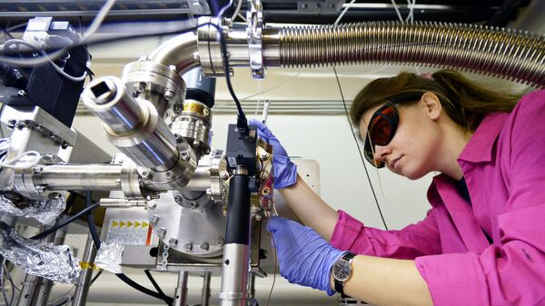 Научный сотрудник в лаборатории. Архивное фото