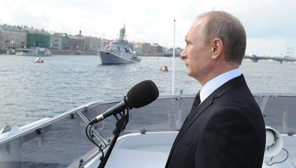Владимир Путин на катере Серафим Саровский во время морского парада кораблей в честь Дня ВМФ в Санкт-Петербурге. 31 июля 2016