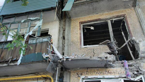 Пятиэтажный дом пострадавший в результате обстрела города со стороны украинских силовиков. Архивное фото