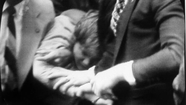 Задержание Джона Хинкли-младшего после его попытки покушения на президента Рональда Рейнана