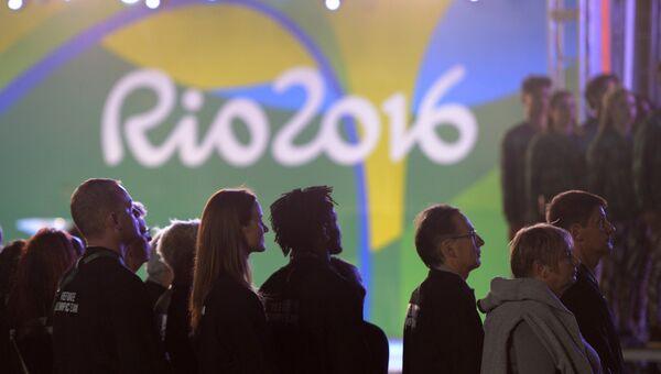 Спортсмены Олимпийской команды беженцев на торжественной церемонии поднятия флагов в Олимпийской деревне в Рио-де-Жанейро