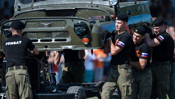 Военнослужащие армии России во время показательных выступлений на международном конкурсе Рембат, проходящем в рамках Армейских международных игр на базе Омского автобронетанкового инженерного института