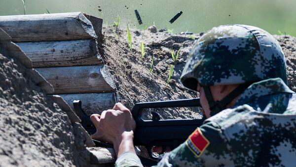 Военнослужащий армии Китая на огневом рубеже на международном конкурсе Рембат, проходящем в рамках Армейских международных игр на полигоне Омского автобронетанкового инженерного института