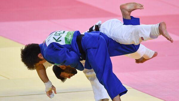 Беслан Мудранов (Россия) и Елдос Сметов (Казахстан) в финальном поединке мужских соревнований по дзюдо в весовой категории до 60 кг на XXXI летних Олимпийских играх