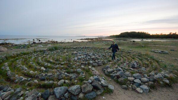 Туристы в древнем каменном лабиринте на берегу Белого моря