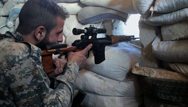 Боец сирийской армии на передовой позиции. Архивное фото