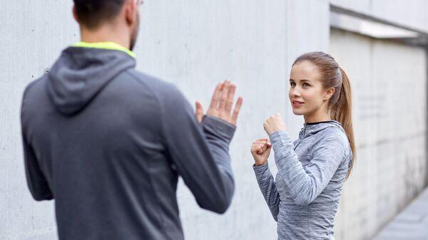 Девушка занимается с тренером