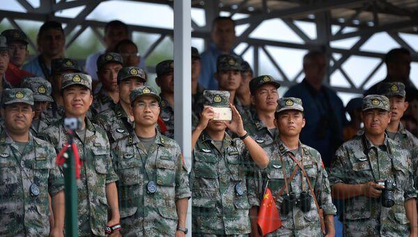 Военнослужащие армии КНР наблюдают за соревнованиями подразделений инженерных войск Инженерная формула, проходящими в рамках Армейских международных игр, в Волгоградской области