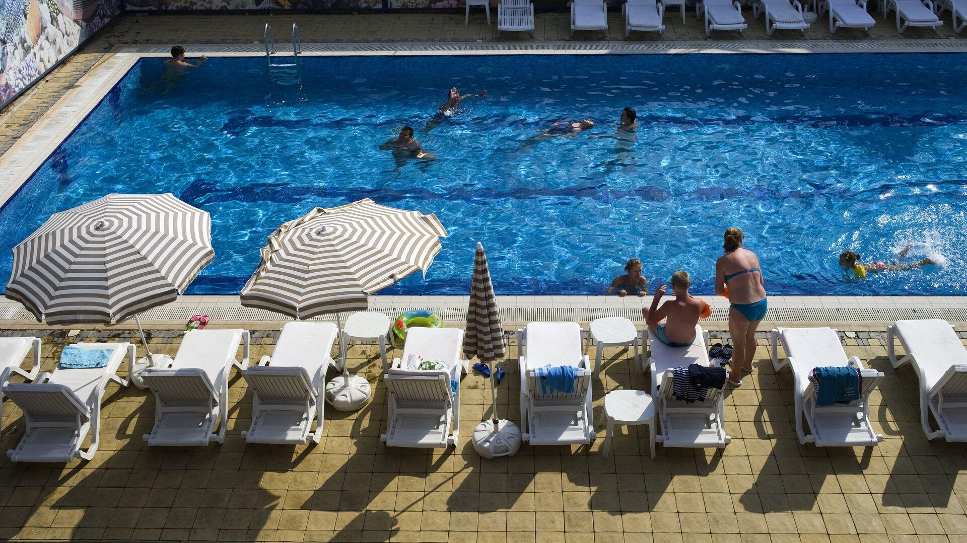 Отдыхающие у бассейна в семейном отеле Мар Ле Мар  - РИА Новости, 1920, 12.10.2021