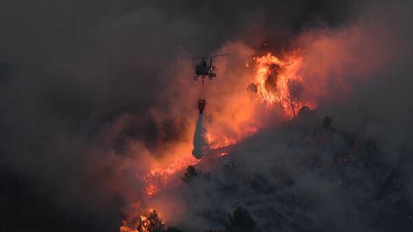 Вертолет во время тушения лесного пожара на юге Франции