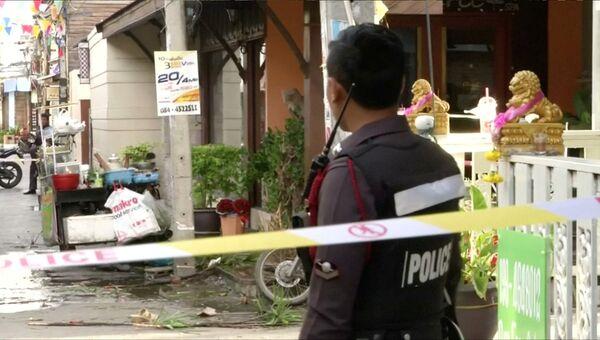 Полицейский на месте взрыва в Хуахин, Таиланд. 12. августа 2016