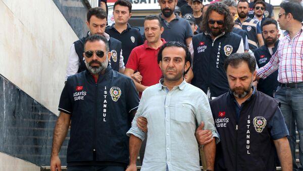 Арестованные после попытки переворота журналисты в здании суда в Стамбуле, Турция. Архивное фото