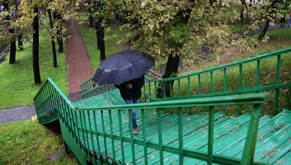Прохожий во время дождя. Архивное фото