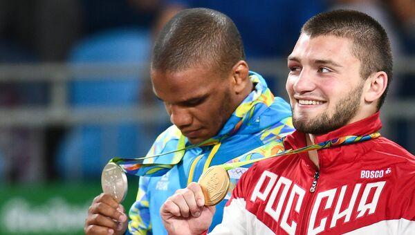 Борцы Давит Чакветадзе (Россия) и Жан Беленюк (Украина) на церемонии награждения XXXI летних Олимпийских игр
