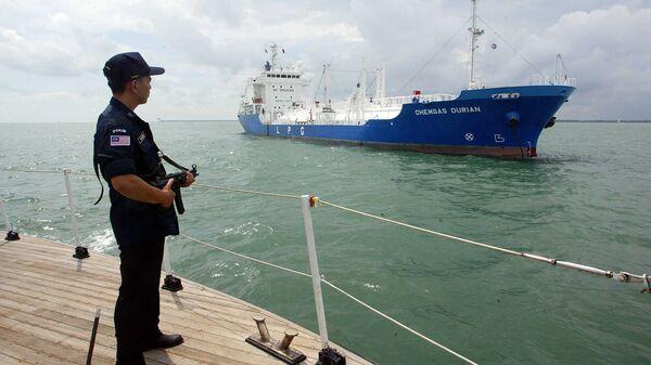 Вооруженный сотрудник морской охраны Малайзии во время патрулирования