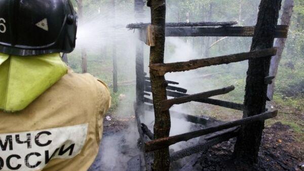 Сотрудник пожарной службы МЧС Иркутской области на месте пожара. Архивное фото