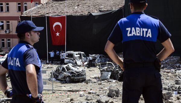 На месте взрыва в турецком городе Элязыг. 18 августа 2016