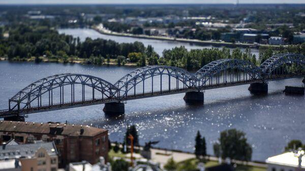 Железнодорожный мост через реку Даугаву в Риге, Латвия. Архивное фото