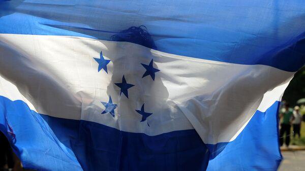 Мужчина держит флаг Гондураса. Архивное фото