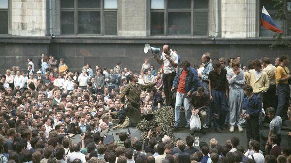 Участники митинга на одной из улиц Москвы 19 августа 1991 года