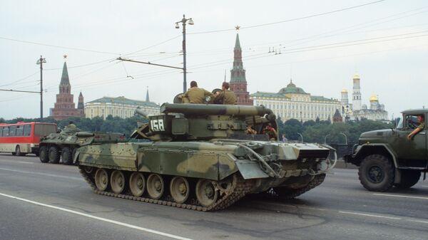 Воинские подразделения и техника на улицах Москвы в дни августовского путча 1991 года