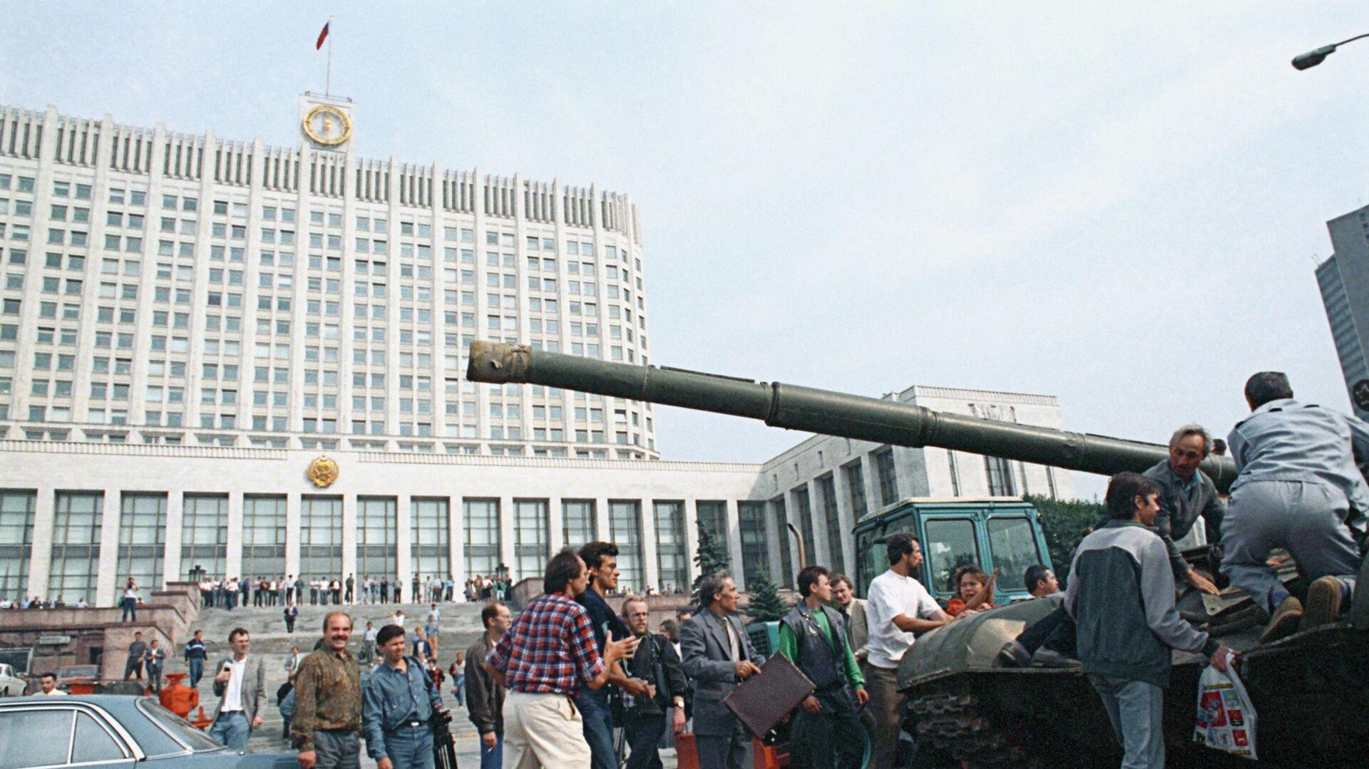 Защитники Белого дома у одного из танков, введеных в Москву 19 августа 1991 года в связи с объявлением членами ГКЧП чрезвычайного положения в столице - РИА Новости, 1920, 17.07.2021