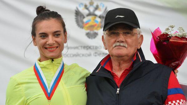 Елена Исинбаева со своим тренером Евгением Трофимовым. Архивное фото