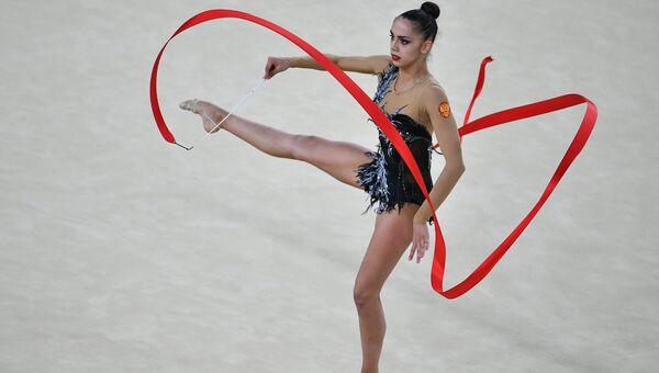 Маргарита Мамун выполняет упражнения с лентой в индивидуальном многоборье по художественной гимнастике на XXXI летних Олимпийских играх