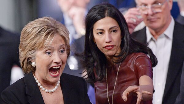 Кандидат в президенты США от Демократической партии Хиллари Клинтон и ее помощница Хума Абедин. Архивное фото