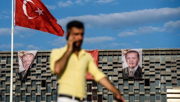 Прохожий у культурного центра Кемаля Ататюрка в Анкаре, Турция. Архивное фото