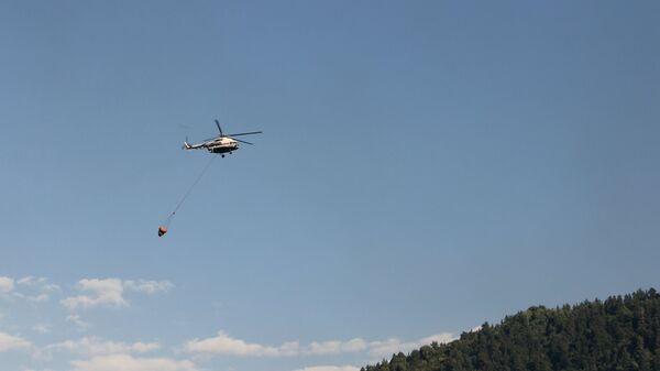 Вертолет МЧС РФ выполняет работы по устранению последствий пожара в селе Мокок Цунтинского района Республики Дагестан