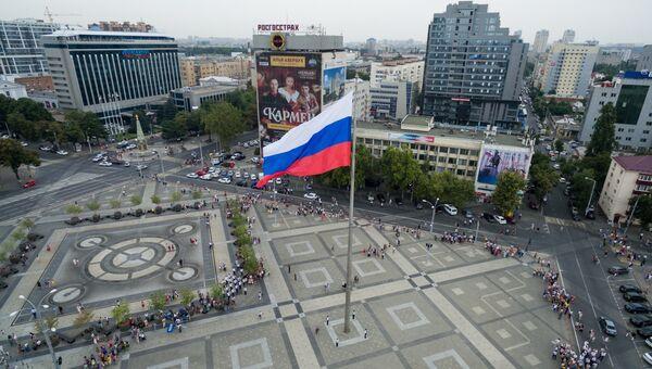 Торжественное поднятие флага России. Архивное фото