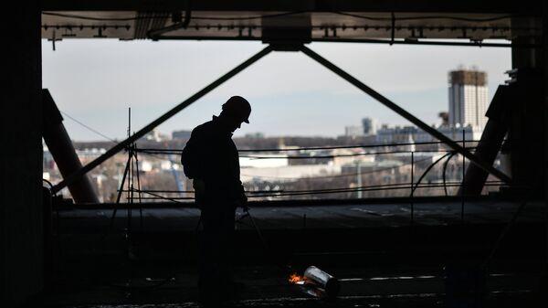 Рабочий на стройке в Москве