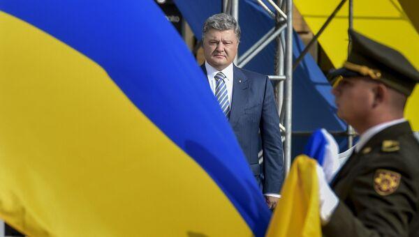 Президент Украины Петр Порошенко на торжественной церемонии поднятия флага Украины на Софийской площади в Киеве. 23 августа 2016