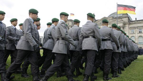 Новобранцы немецкой армии у здания Рейхстага в Берлине. Архивное фото