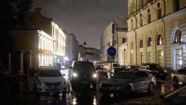 Мужчина угрожает устроить взрыв в отделении банка в центре Москвы