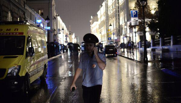 Полицейское оцепление у отделения Ситибанка, в котором неизвестный захватил заложников и угрожает взорвать банк. Отделение Ситибанка находится в центре Москвы, на Большой Никитской улице