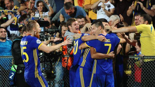 Игроки ФК Ростов радуются забитому голу в матче Лиги чемпионов против ФК Аякс