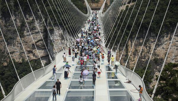 Самый длинный в мире стеклянный мост в долине Чжанцзяцзе