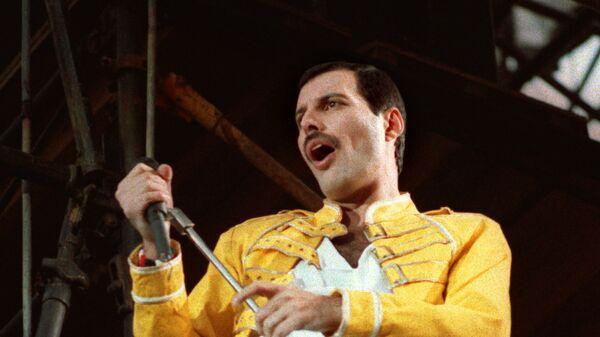 Фредди Меркьюри, солист рок-группы Queen во время концерта в Германии