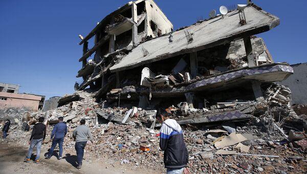 Разрушенное здание в городе Джизре на на юго-востоке Турции. Архивное фото