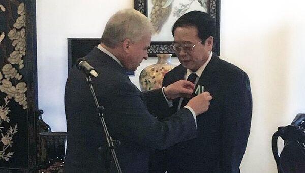 Российский посол в КНР Андрей Денисов вручает орден Дружбы бывшему заместителю министра иностранных дел Китая Чэн Гопину