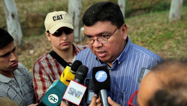 Министр внутренних дел Парагвая Франсиско де Варгас общается с журналистами