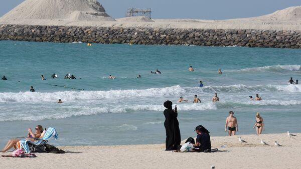 Отдыхающие на пляже в Дубае, ОАЭ