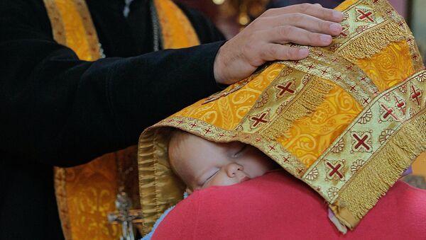 Православный священник принимает исповедь. Архивное фото