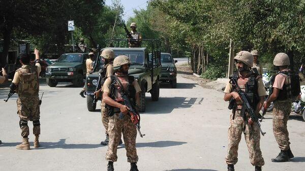 Пакистанские военные на месте теракта в пригороде Пешавара. 2 сентября 2016
