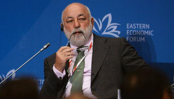 Сопредседатель совета, президент Фонда Сколково Виктор Вексельберг на Восточном экономическом форуме во Владивостоке. 2 сентября 2016