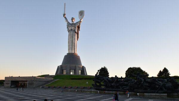 Монумент Родина-мать. Архивное фото